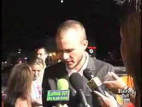 HEATH LEDGER MOCKS ERIC BLAIR on the red carpet 02