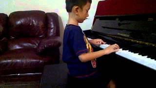 indonesian 5 year old boy playing classic piano (jevera).3GP