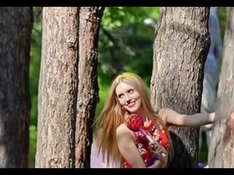 Sommer schöne russische mädchen auf den straßen in den parks