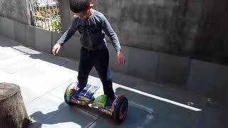 Gui dominando hoverboard.