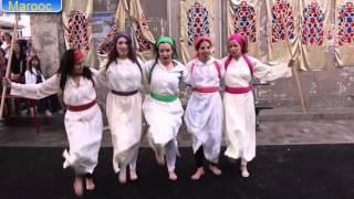 رقص ثلاث بنات مغربيات و جزائرية وفرنيسة في شوارع فرنسا رقص الركادة غاية في الرووعة