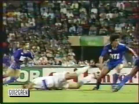 quelques images de la demi finale 1990 de coupe de france avec un pascal olmeta chaud et les marchands de sable derriere l'arbitre de touche lol.