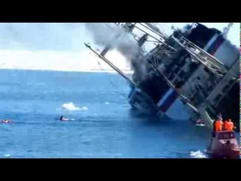 на камчатке в россии тонет корабль смотреть всем