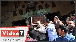 أحمد نادر جلال يحمل نعش والده إلى مثواه الأخير