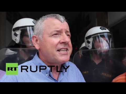 Greece: Protesting health workers clash with police at Labour Ministry entrance