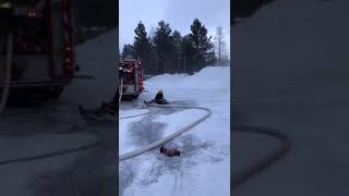 Firefighter Slips on Ice and Loses Control of Hose - 988204