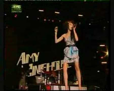 Amy Winehouse Falls Down - Rock in Rio 2008