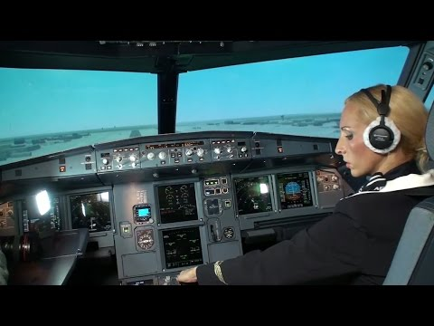 Стюардесса пытается посадить A320.