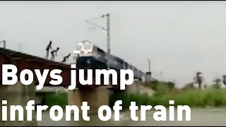 Boys in India risk lives playing dangerous train game