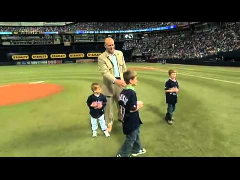 MIL@MIN: Koskie's kids throw out first pitch.
