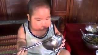 Bé 3 tuổi ăn cơm bằng đũa cực dễ thương.