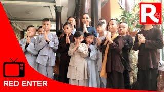 Phi Nhung cùng các con nuôi của mình đi chùa Pháp Lạp cầu an năm mới