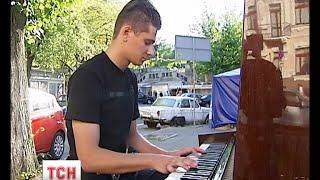 Легендарний полісмен-піаніст в минулому професійно грав у футбол - (видео)