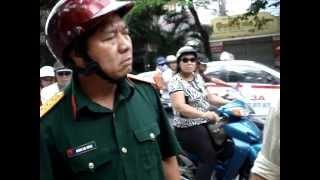 Bộ đội uống rươu say trong khi tham gia giao thông lăng mạ đòi đánh dân