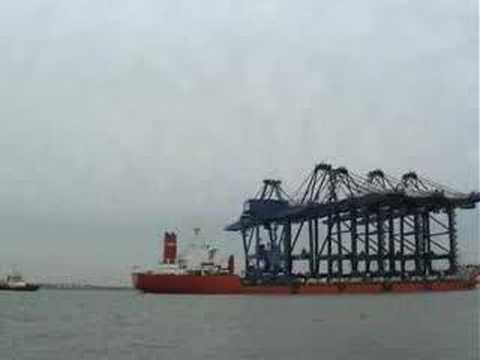 Time lapse of the ship ZHEN HUA 23 carrying cranes