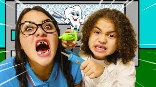 RYAN FINGE SER DENTISTA E ATENDE VÁRIOS PACIENTES - Kids Pretend Play Dentist With Toys