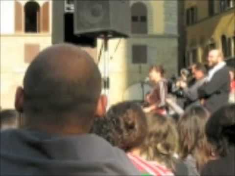 Sabina Guzzanti in piazza Signoria a Firenze 6/11/2008 parte 1/3