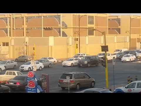 سعودي ينظم حركة المرور اثناء تعطل الاشارة الضوئية