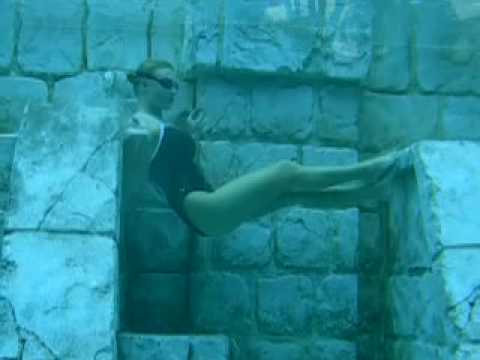 Pro free diver Mermaid Melissa breath holding 4 minutes underwater 4:18