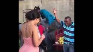 Beso por Ñapa en el mercado (tremendo culo)