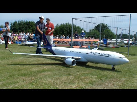 Huge RC Airbus A330-300 Turbine Model *problems During Landing* Airlinermeeting Germany 2015
