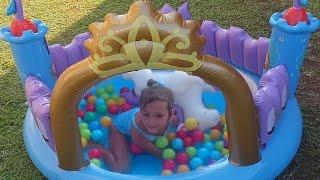 Elife sürpriz prenses kalesi. eğlenceli ve güzel bir oyuncak. Havuzda oynadık