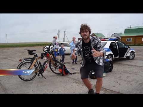 Немецкий велосипедист приехал в Омск на деревянном велосипеде