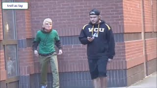 Vua thể thao đường phố giả dạng ông già troll người đi đường .