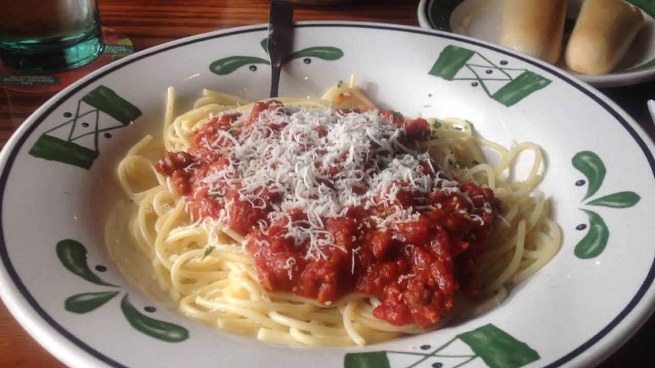 Review Olive Garden 39 S Spaghetti With Meat Sauce Youtube