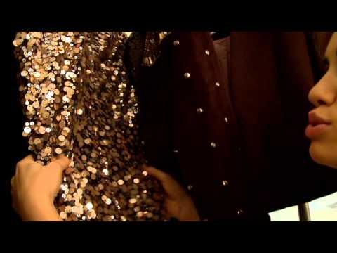 Lali intenta mostrar el vestuario del clip