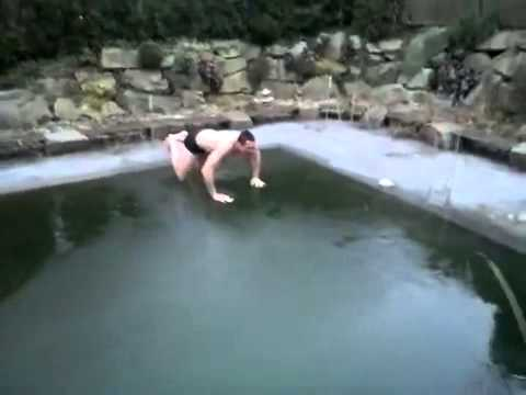 Video lucu Kocak Cowok Lompat Ke Kolam Renang Es