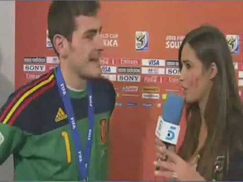 IKER CASILLAS KISSES GIRLFRIEND REPORTER SARA CARBONERO LIVE ON TV.mp4