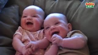 Hài hước với trẻ em bé cười sáng khoái