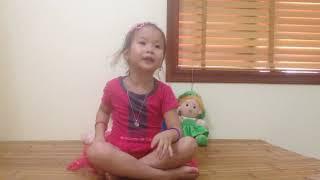 Thanh Xuân chăm sóc búp bê