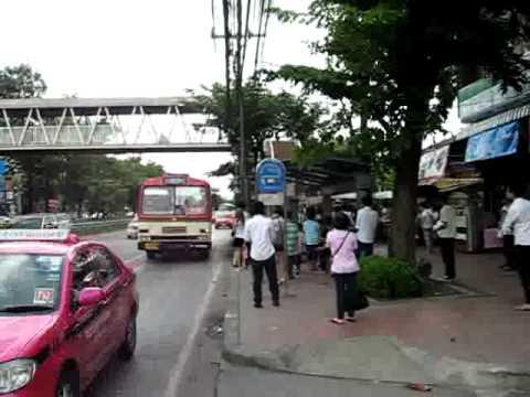 バンコク、サイアム大学前のバス停風景 Bus Stop Siam University, Bangkok