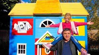 Stacy y papá encontraron una casa extraña con juguetes.