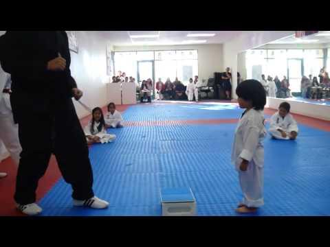 cậu bé nhập môn karate hài cực...thu hút hơn 6tr lượt xem..