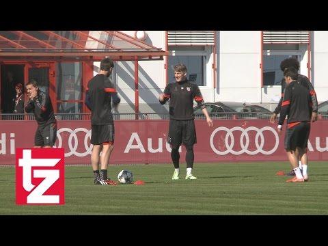 Spaß beim FC Bayern: Rafinha täuscht Schlag ins Gesicht vor und Dante jubelt ausgelassen