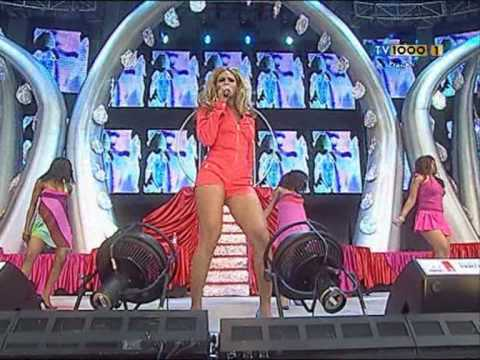 Beyonce - Crazy In Love Live At Party In The Park 2003 video