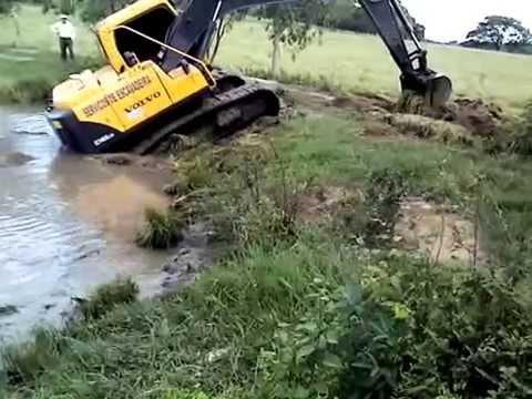 como limpar um açude com uma escavadeira hidraulica......