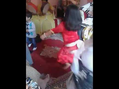 فتاة صغيرة ترقص الرقص الشعبي/الحيحة نايضة thumbnail