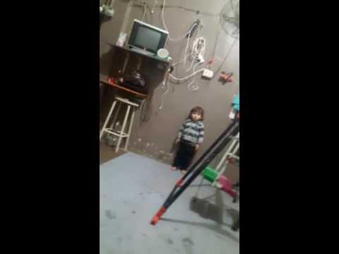 طفل صغير يرقص رقص روعه thumbnail