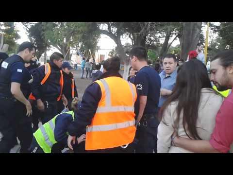 Denuncia por violencia policial. Se conoce el video de la detención.