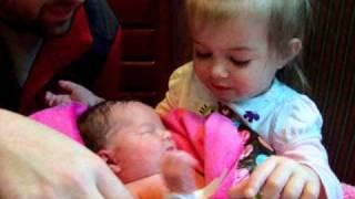 Փոքրիկն հանդիպում է  իր նորածին քույրիկին