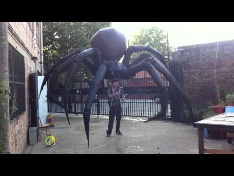Araña inflable gigante capaz de mover sus extremidades