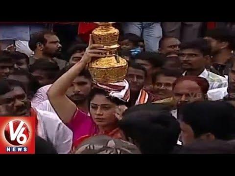 Congress Leader Vijayashanti Offers Bonam To Goddess Simhavahini Ammavaru | Lal Darwaza Bonalu | V6