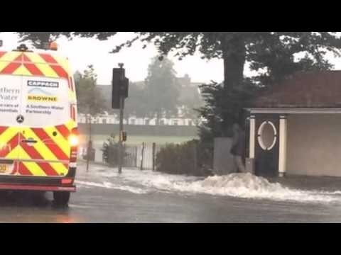 Flooding in Kent and Sussex after torrential downpours(VIDEO)