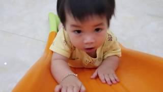 Em bé tự chơi cầu trượt - Kỹ năng để bé tự lập
