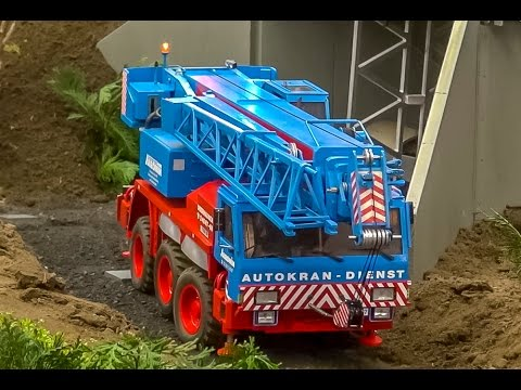RC truck crane builds up a bridge at the construction site! AMAZING!