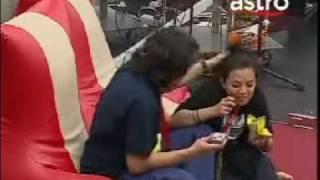 W4 Nadia lepak ngan Riz, Riz tarik rambut Nadia